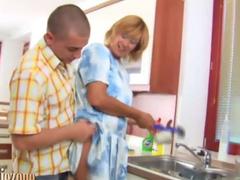 Reife Hausfrau wird beim Spühlen verführt