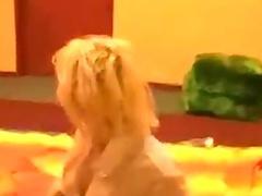Heisse Blondine masturbiert